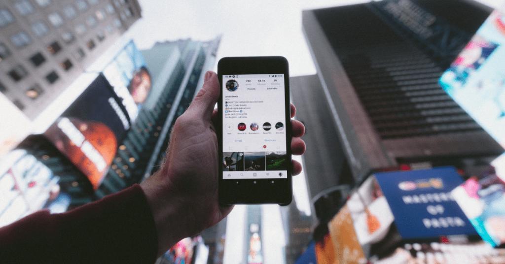 mobilni u ruci